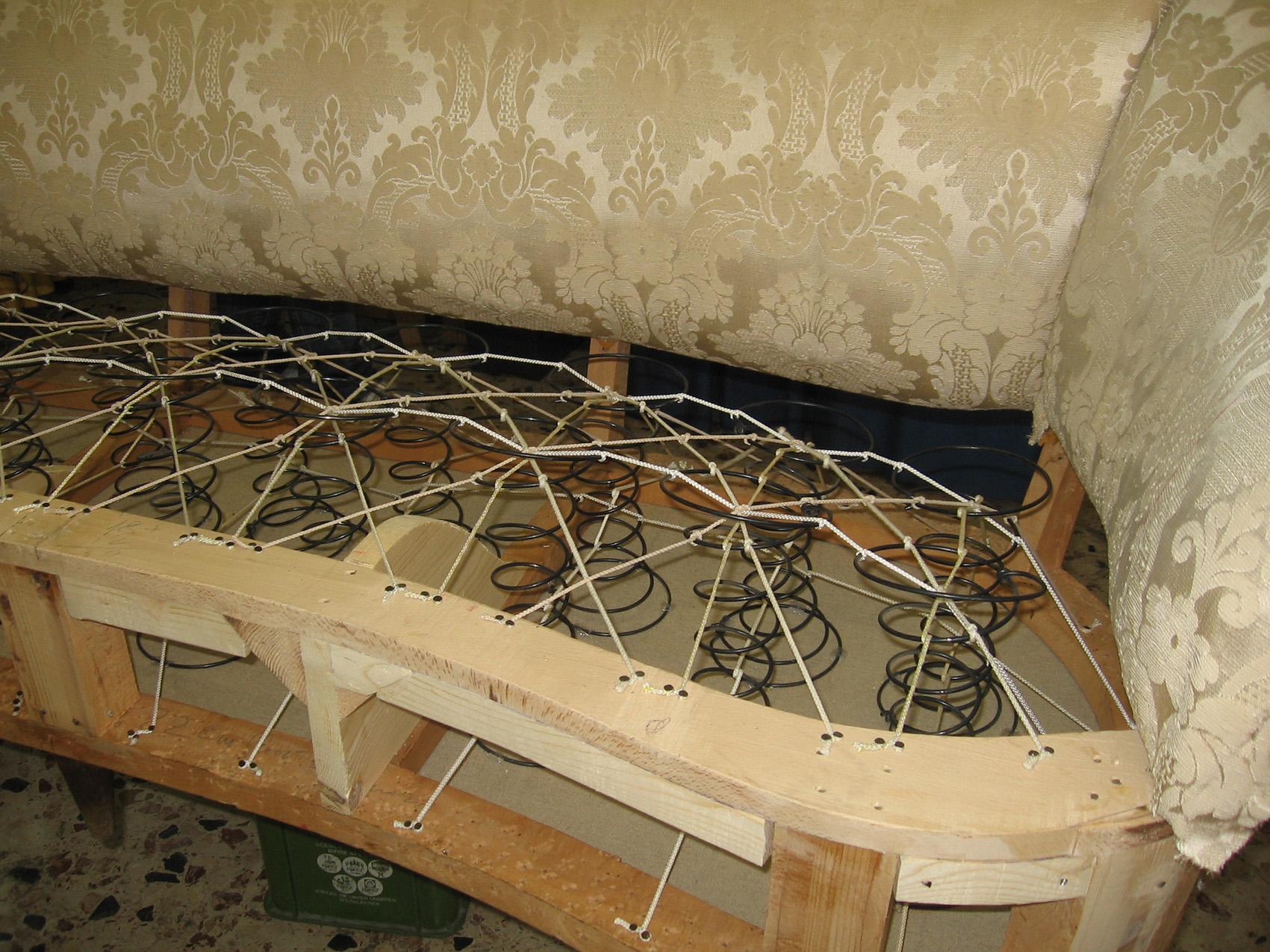 vista interna di un divano con molleggi da restaurare